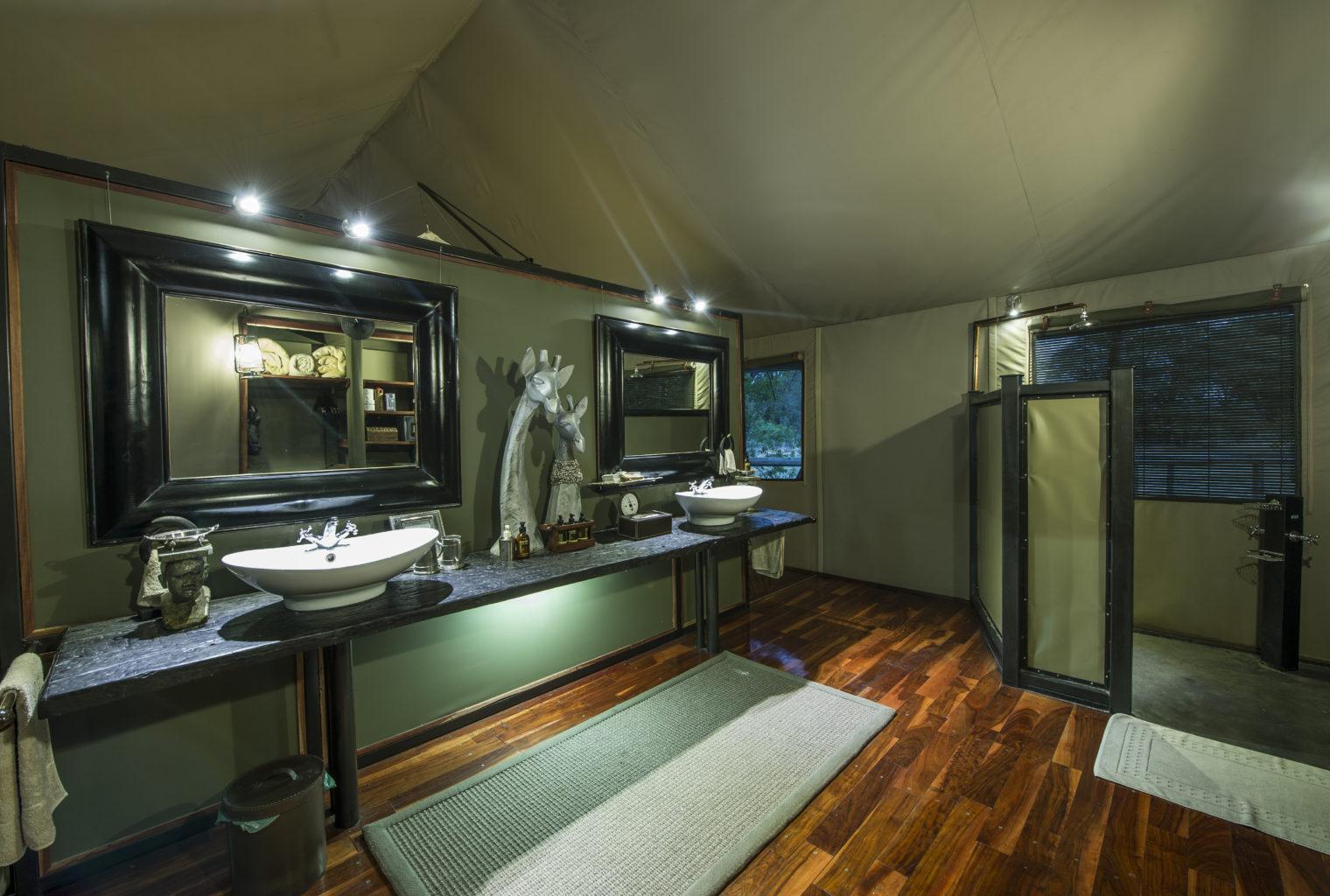 Botswana, Chitabe Camp, Bathroom