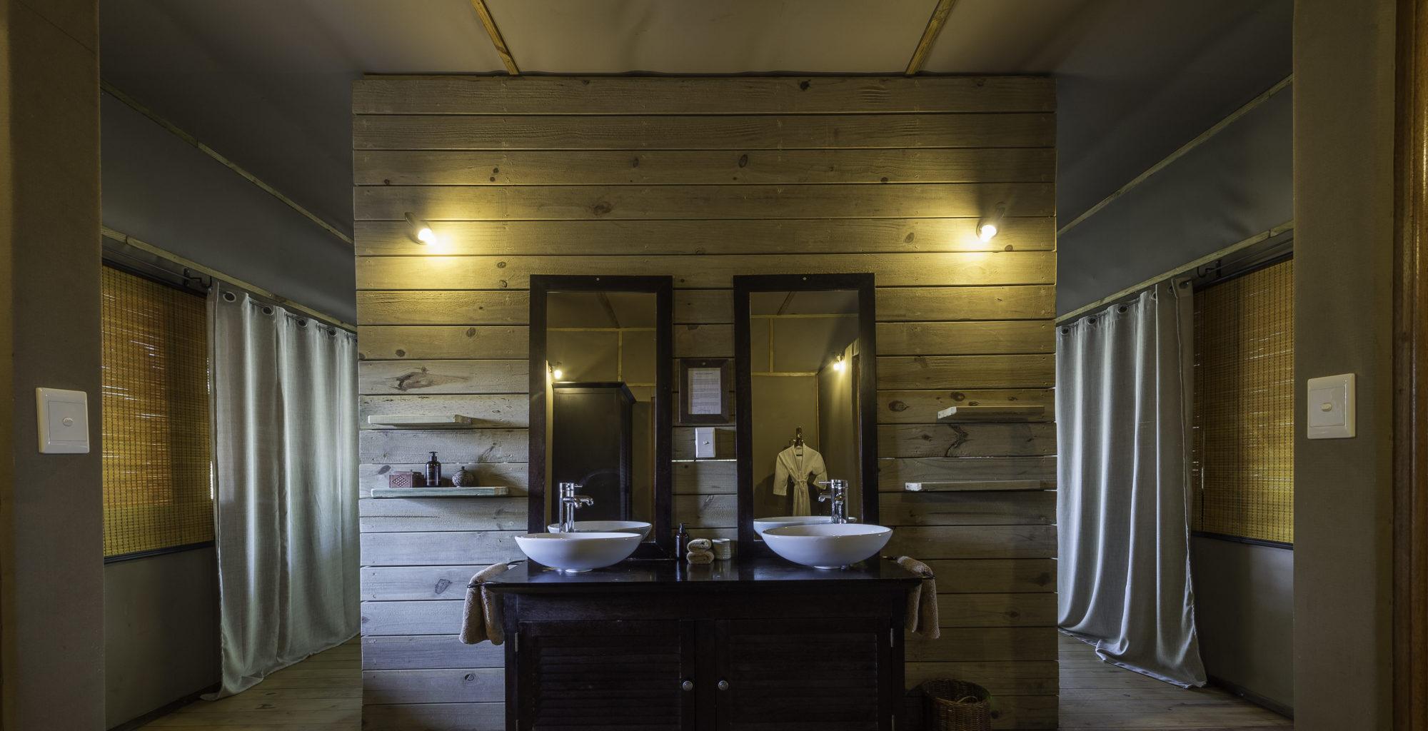 Toka-Leya-Camp-Zambia-bathroom