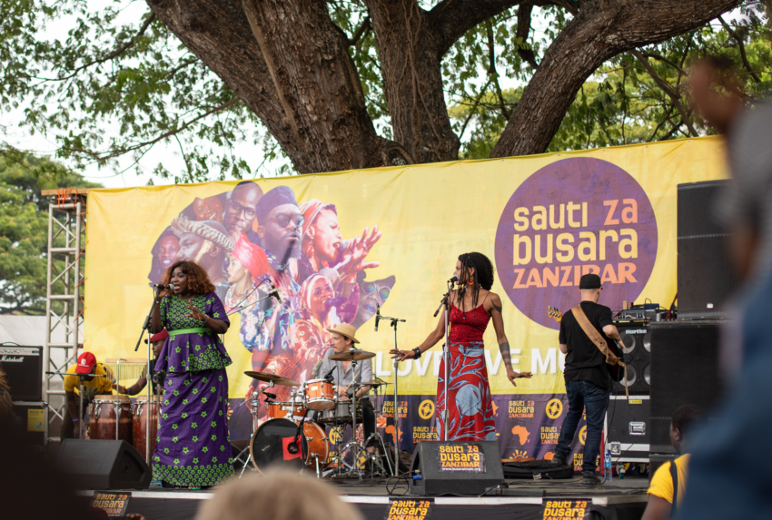 Senegal's-Mamy-Kanouté's-powerful-performance-on-the-Forodhani-Gardens-stage_Zanne-Labuschagne